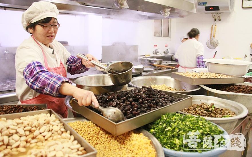 热气腾腾、香甜可口的沉香阁腊八粥(图片来源:菩萨在线 摄像:妙微)