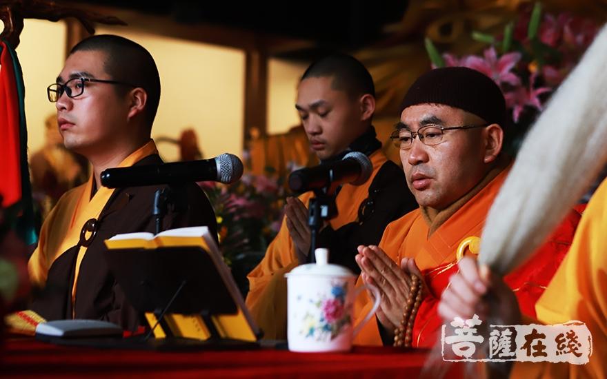 平熹法师传授三皈依(图片来源:菩萨在线 摄影:妙言)