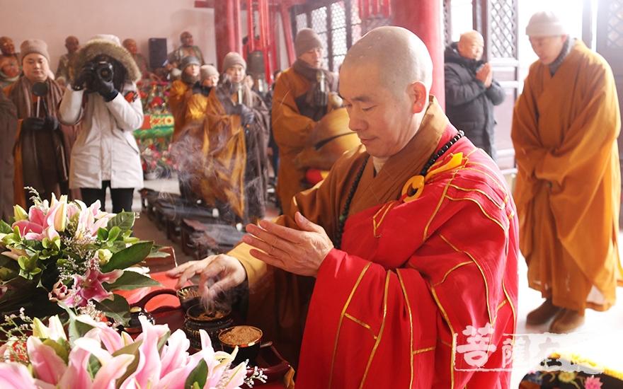 拈香礼佛(图片来源:菩萨在线 摄影:妙月)