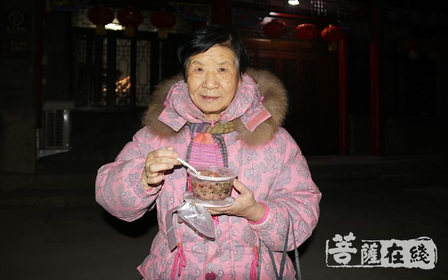品尝美味腊八粥(图片来源:菩萨在线 摄影:妙月)