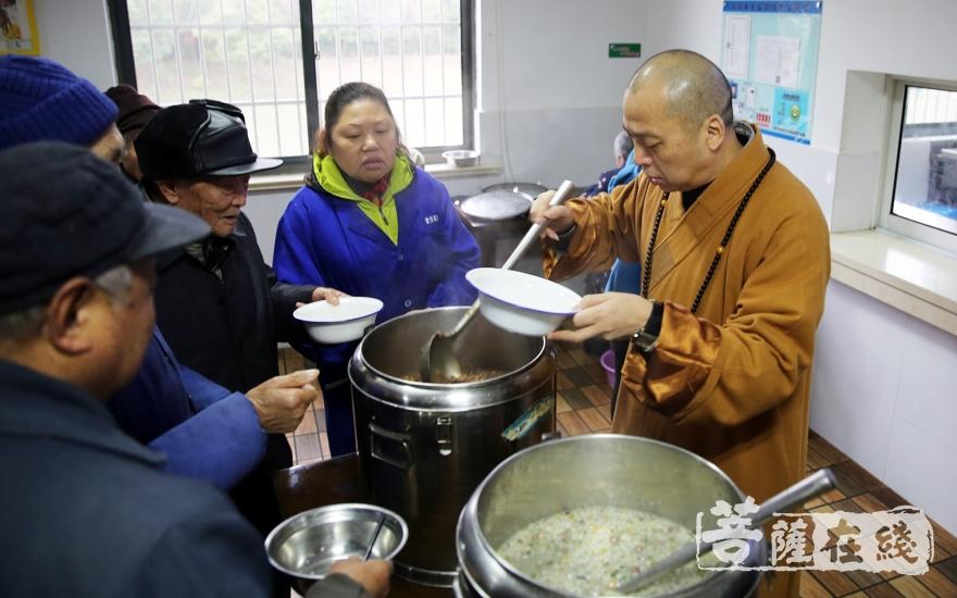 为老人送上暖心的腊八粥(图片来源:菩萨在线 摄影:妙雨)