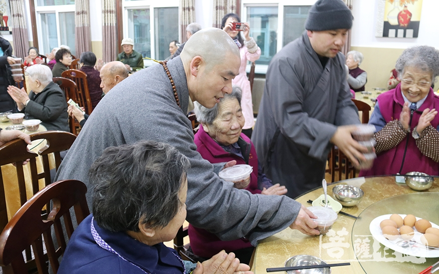 盖忠法师为老人送粥(图片来源:菩萨在线 摄影:妙月)