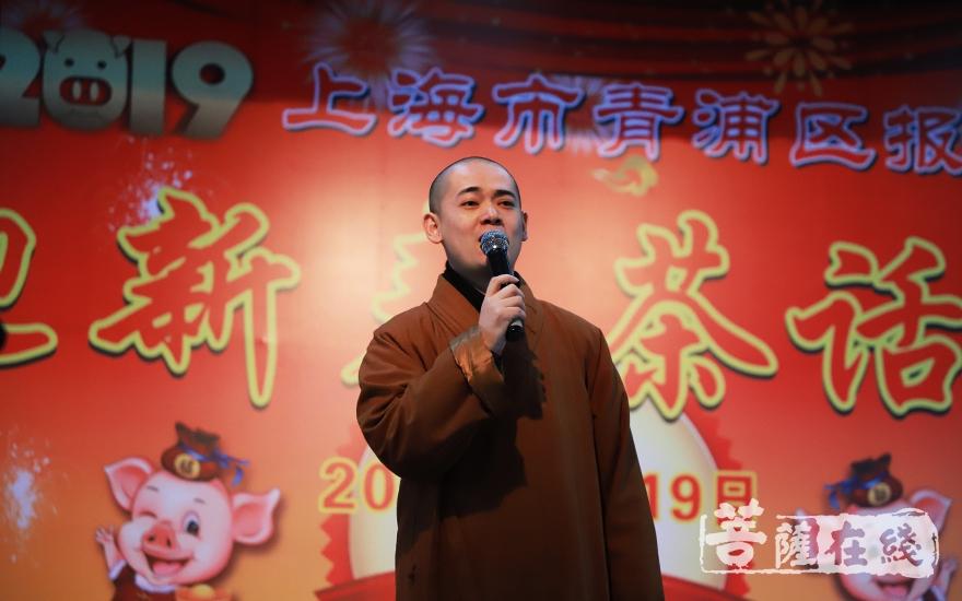 曙兵法师演唱《最美的笑容》(图片来源:菩萨在线 摄影:妙言)