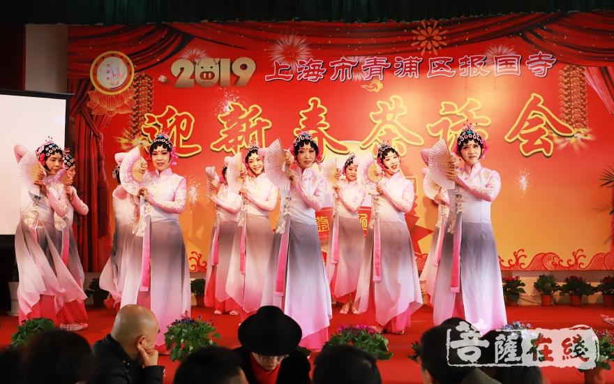 群舞《梨园新韵》拉开了报国寺茶话会的序幕(图片来源:菩萨在线 摄影:妙言)