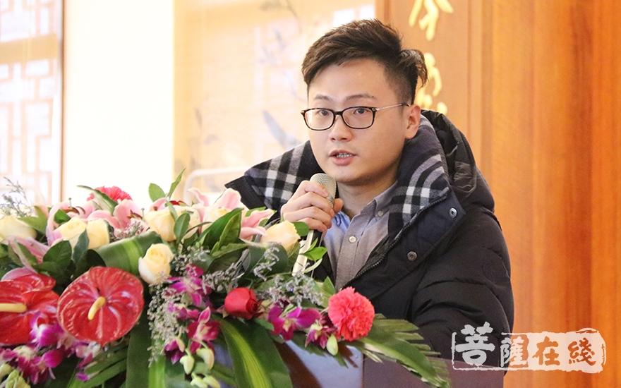 陈云辉代表监事会作福建省佛教慈善协会2018年财务收支情况报告(图片来源:菩萨在线 摄影:妙月)