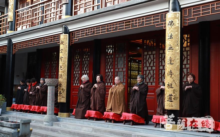 安磬法师率众居士跪拜(图片来源:菩萨在线 摄影:妙澄)
