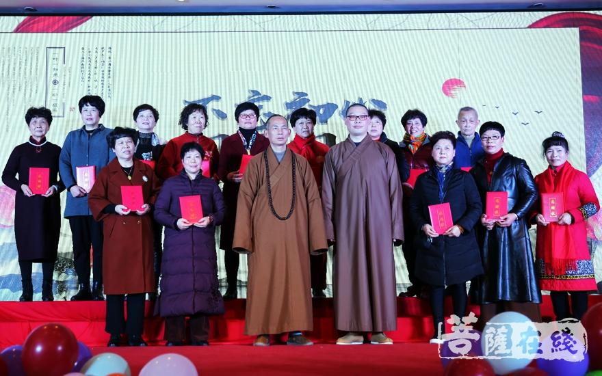 了证大和尚、仁悟法师为付出的义工菩萨们颁奖并合影(图片来源:菩萨在线 摄影:妙雨)