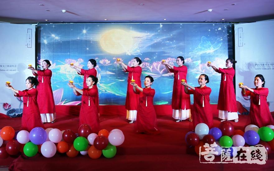 手语舞蹈《点灯祈愿文》(图片来源:菩萨在线 摄影:妙雨)