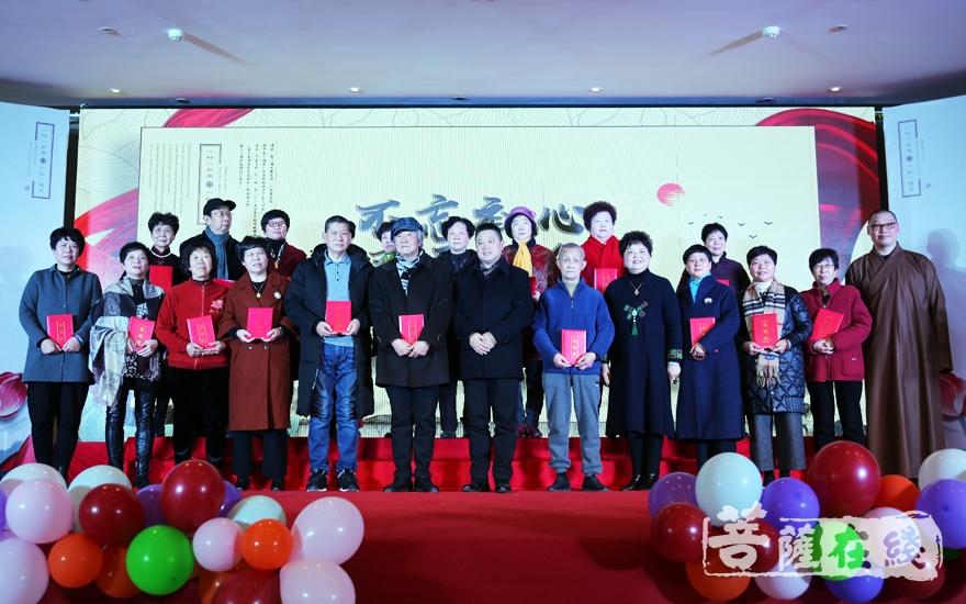 颁奖合影(图片来源:菩萨在线 摄影:妙雨)