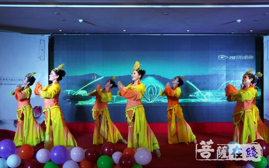 舞蹈《观音菩萨如秋月》(图片来源:菩萨在线 摄影:妙雨)