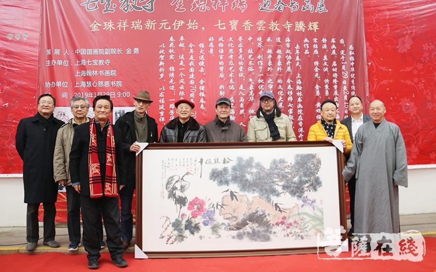 书画家向寺院捐赠合作作品《松鹤延年 花开富贵》(图片来源:菩萨在线 摄影:妙月)