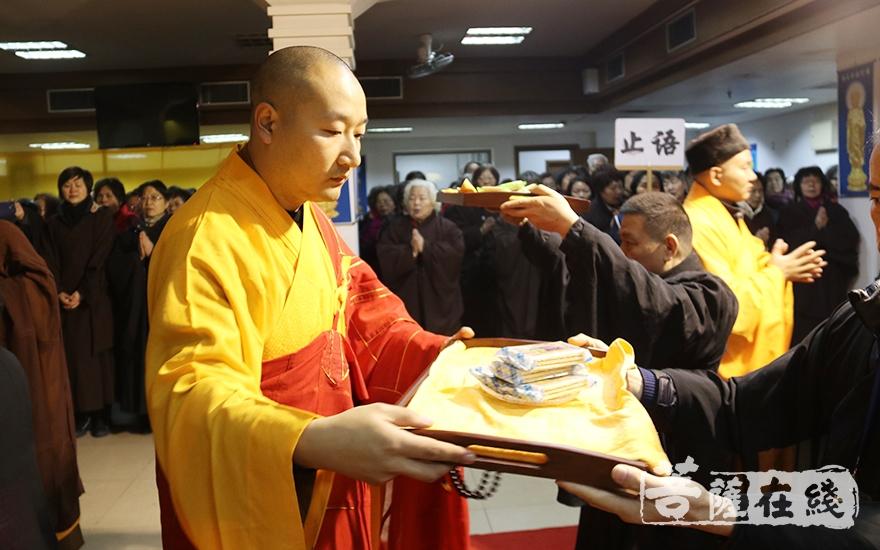 妙安法师传递供菜(图片来源:菩萨在线 摄影:妙月)