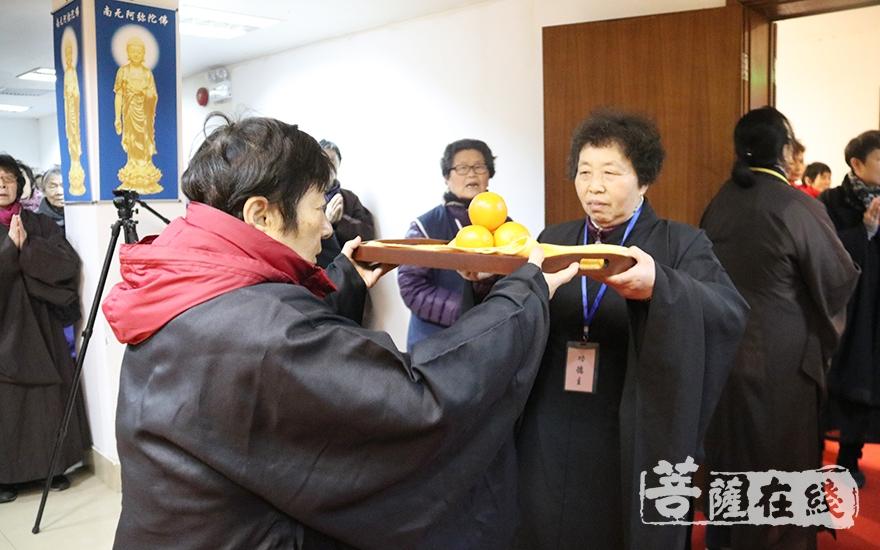居士信众传递供菜(图片来源:菩萨在线 摄影:妙月)