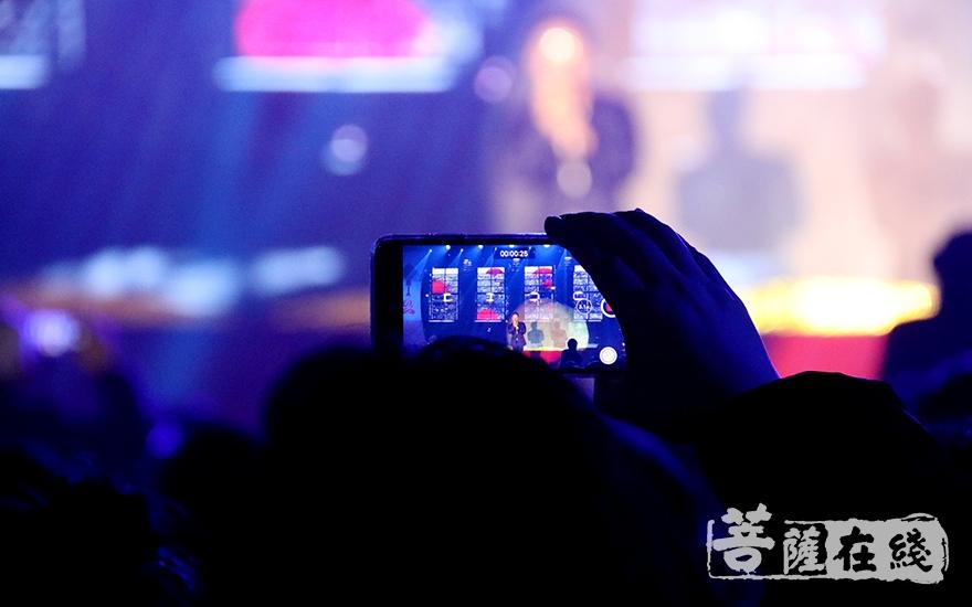 用手机记录美好时刻(图片来源:菩萨在线 摄影:妙月)