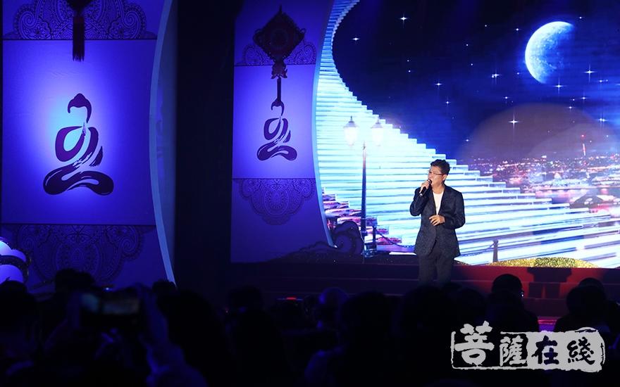 姜育恒演唱歌曲《再回首》(图片来源:菩萨在线 摄影:妙月)