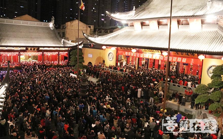 吉祥的钟声传递着上海玉佛禅寺对社会大众的真诚祝愿(图片来源:菩萨在线 摄影:妙月)