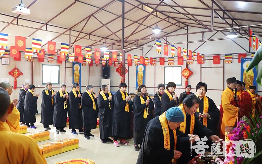 信众排队敬香礼佛(图片来源:菩萨在线 摄影:妙言)