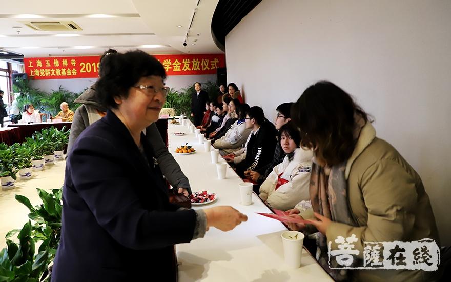 上海市慈善基金会副理事长姚宗强颁发助学金(图片来源:菩萨在线 摄影:妙言)