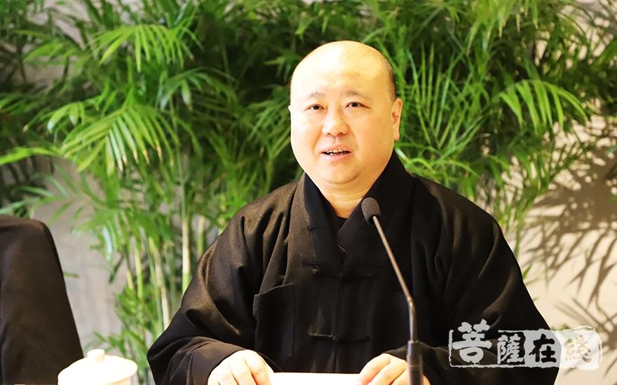 中国佛教协会副会长觉醒法师向学子们祝贺新春、送上温暖和关怀(图片来源:菩萨在线 摄影:妙言)