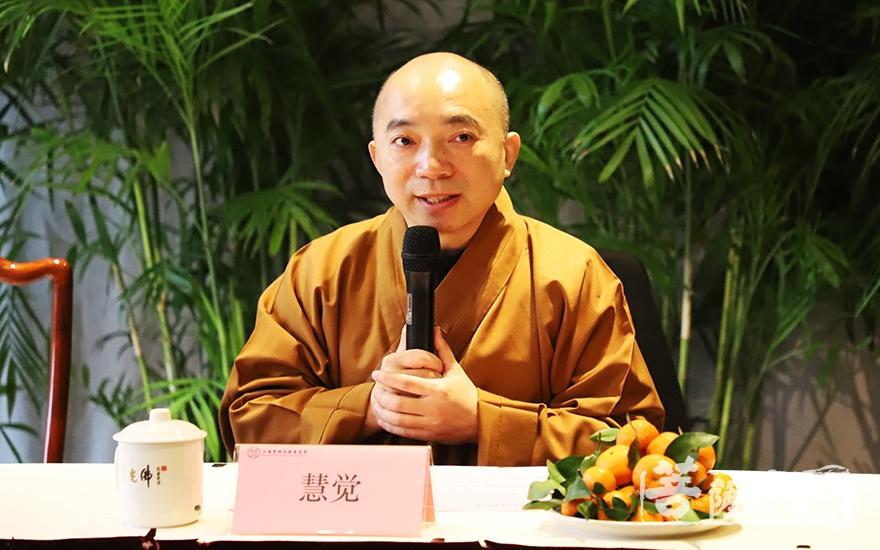 慧觉法师主持仪式(图片来源:菩萨在线 摄影:妙言)