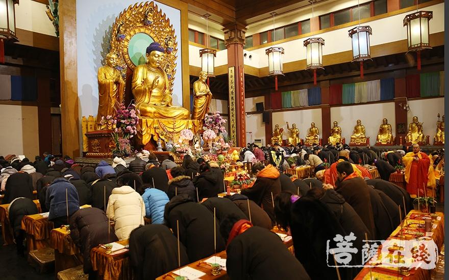 七宝教寺法师及百余位信众参加活动(图片来源:菩萨在线 摄影:妙澄)