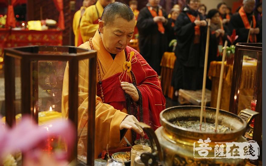 慧平大和尚拈香主法(图片来源:菩萨在线 摄影:妙澄)