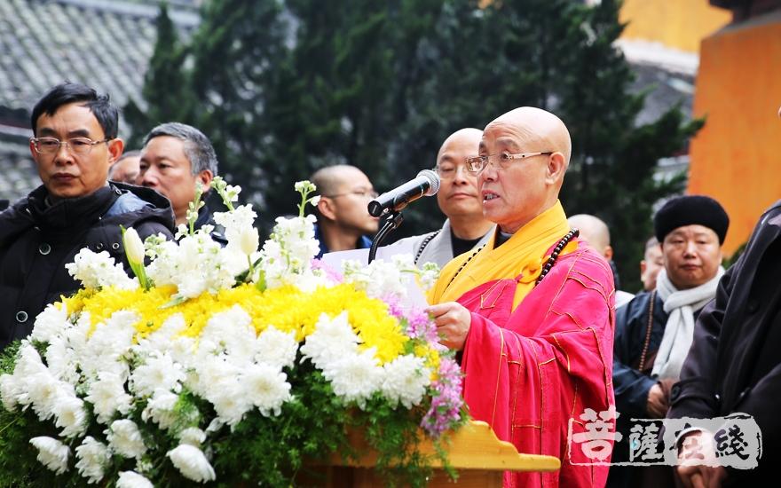演觉法师宣读中国佛教协会唁电(图片来源:菩萨在线 摄影:妙雨)