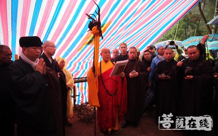 老和尚法体入塔仪式(图片来源:菩萨在线 摄影:妙雨)