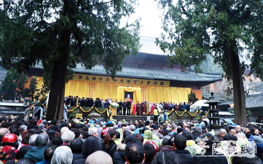 数千人前去送别老和尚(图片来源:菩萨在线 摄影:妙雨)