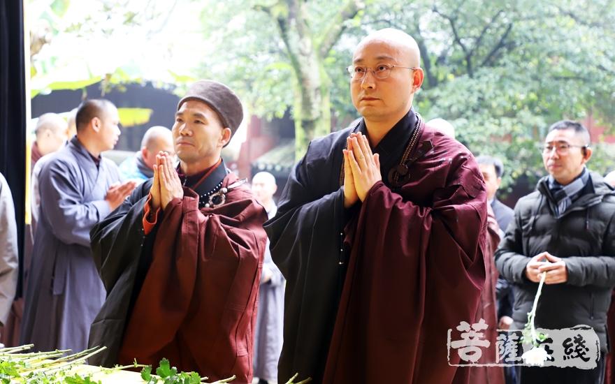 宏明法师、仁昌法师献花(图片来源:菩萨在线 摄影:妙雨)