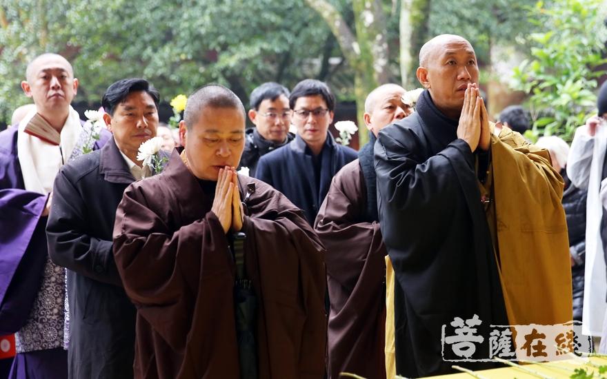 怡藏法师、长顺法师献花(图片来源:菩萨在线 摄影:妙雨)