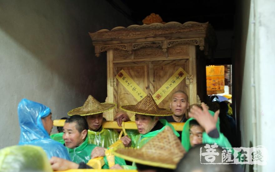 护送法体的队伍缓缓前行(图片来源:菩萨在线 摄影:妙澄)
