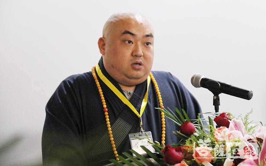昌智法师代表青浦区佛教协会第三届理事会作工作报告(图片来源:菩萨在线 摄影:妙月)