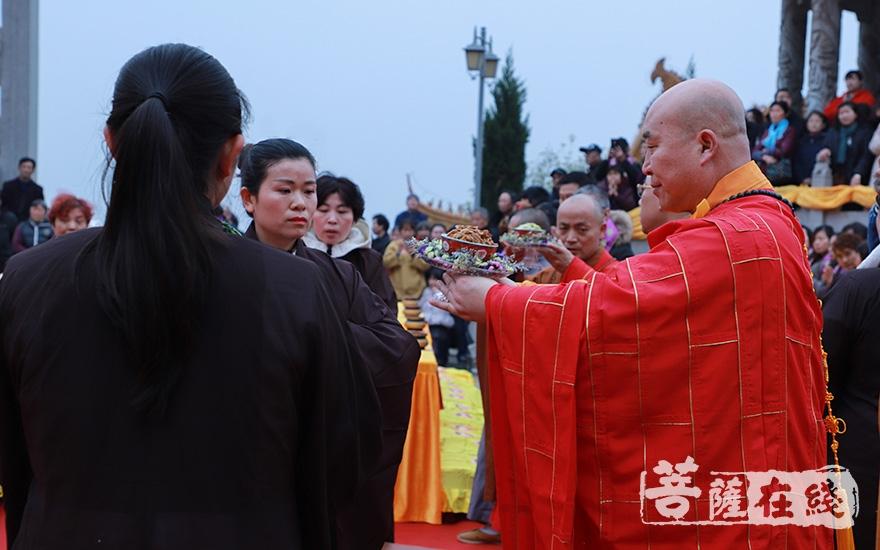 来自全国各地的法师及信众参加法会(图片来源:菩萨在线 摄影:妙澄)