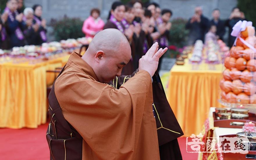 开封法师拈香(图片来源:菩萨在线 摄影:妙澄)