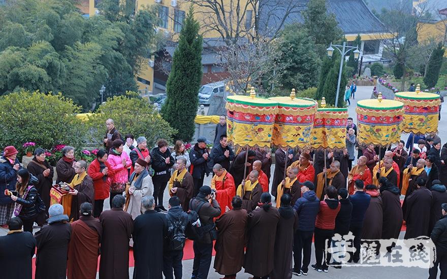 主法法师步入会场(图片来源:菩萨在线 摄影:妙澄)
