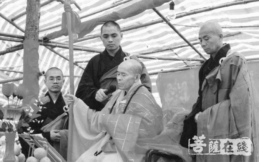 1996年,宏觉寺举行三圣殿佛像开光暨宏成老和尚升座典礼(图片来源:宏觉寺)