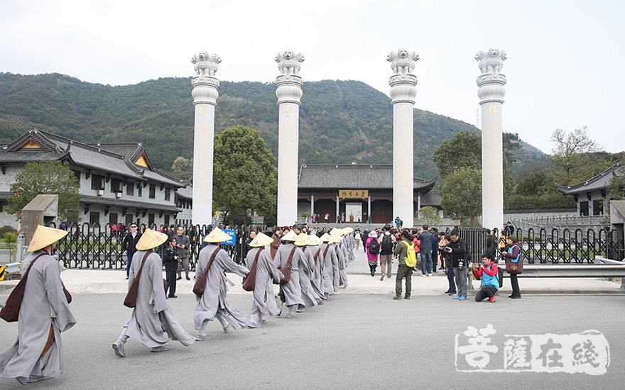 抵达阿育王寺(图片来源:菩萨在线 摄影:果仁)
