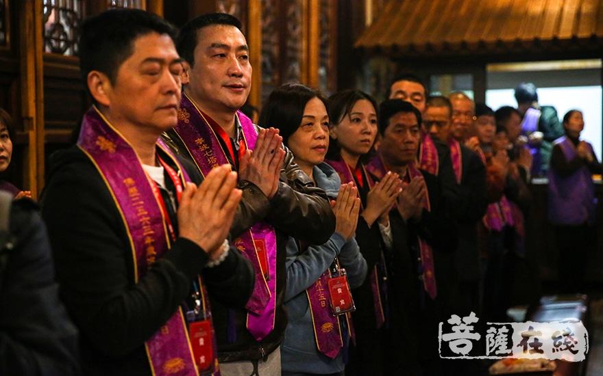 护法居士诵经祈福(图片来源:菩萨在线 摄影:果仁)