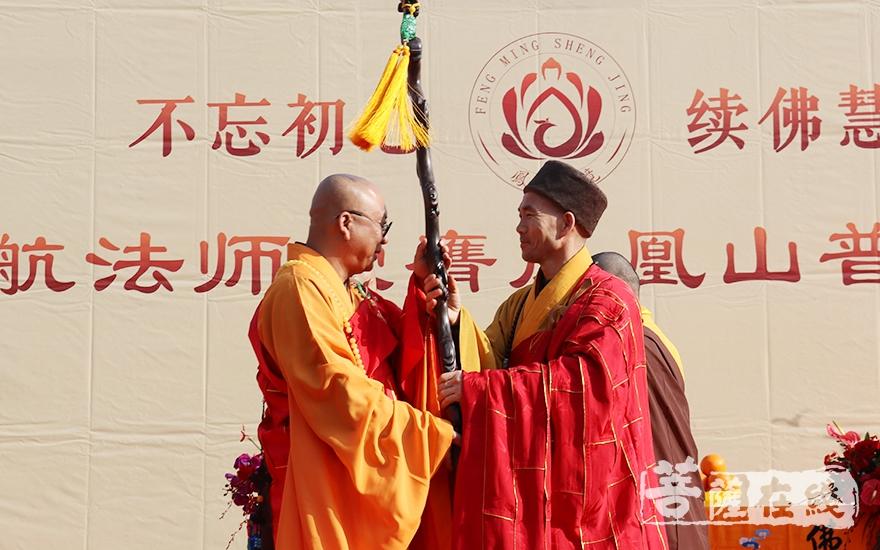 中国佛教协会理事、淄博市普照寺方丈仁昌大和尚授龙杖(图片来源:菩萨在线 摄影:妙月)