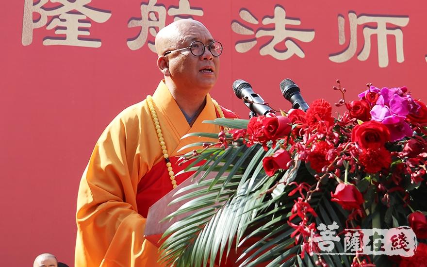 普陀禅寺方丈隆航大和尚对参加升座庆典的领导嘉宾、大德法师表示感谢(图片来源:菩萨在线 摄影:妙月)