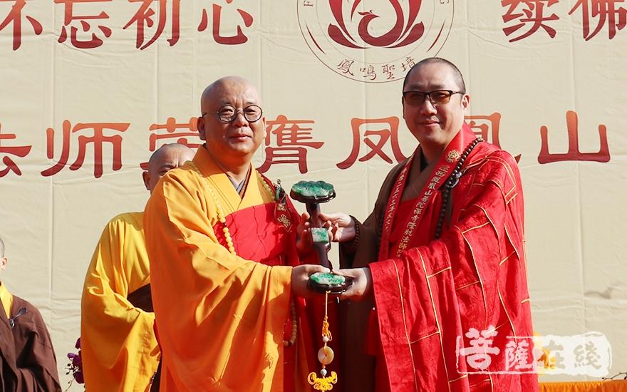 长沙市佛教协会副会长、松柏寺方丈照观大和尚授如意(图片来源:菩萨在线 摄影:妙月)