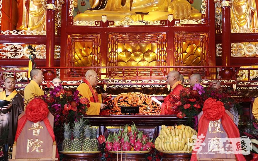 中国佛教协会副会长、长沙古麓山寺方丈圣辉大和尚为隆航法师送座(图片来源:菩萨在线 摄影:妙月)