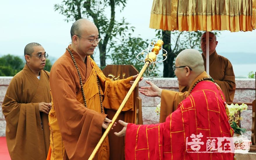 宏明大和尚授锡杖(图片来源:菩萨在线 摄影:妙雨)