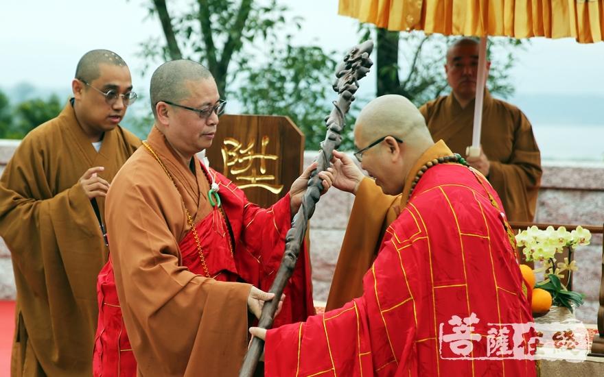 净因大和尚授龙杖(图片来源:菩萨在线 摄影:妙雨)