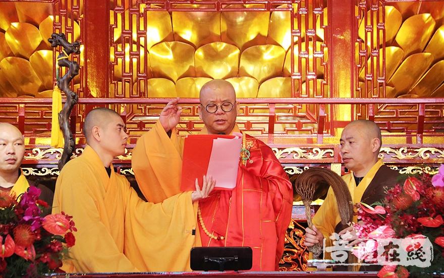 拈香祝祷(图片来源:菩萨在线 摄影:妙月)