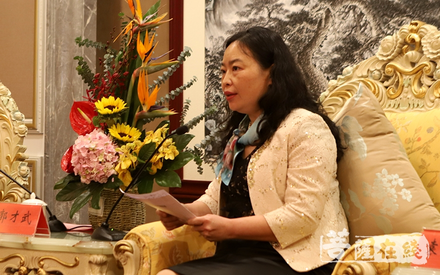 袁古洁主任向前来出席第22次中韩日佛教友好交流会的代表团表示诚挚的欢迎(图片来源:菩萨在线 摄影:妙静)
