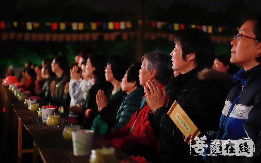 信众虔诚诵经(图片来源:菩萨在线 摄影:妙澄)
