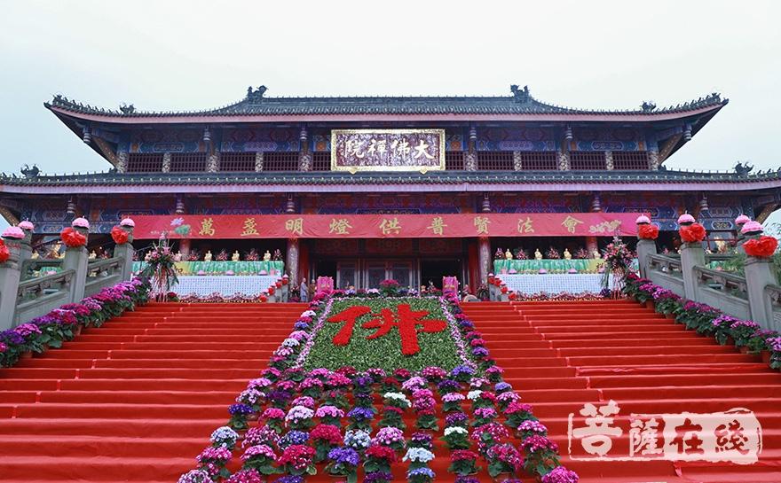 万盏明灯供普贤法会在大佛禅院举行(图片来源:菩萨在线 摄影:妙澄)