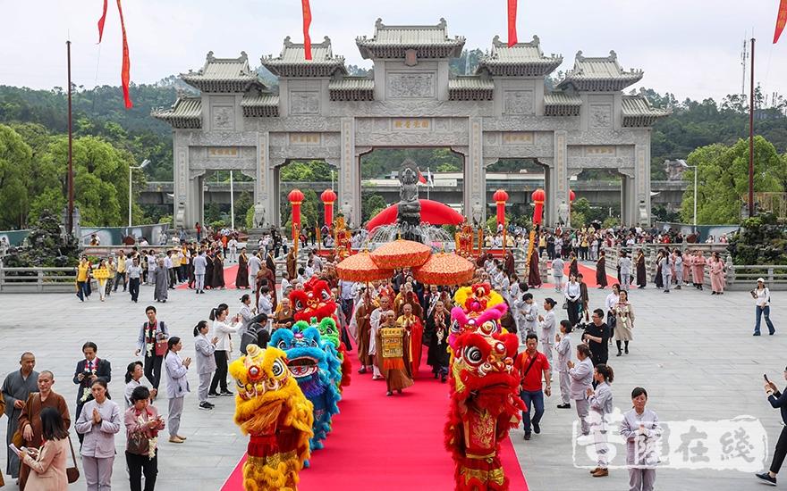 中韩日三国代表团参访珠海普陀寺(图片来源:菩萨在线 摄影:果仁)